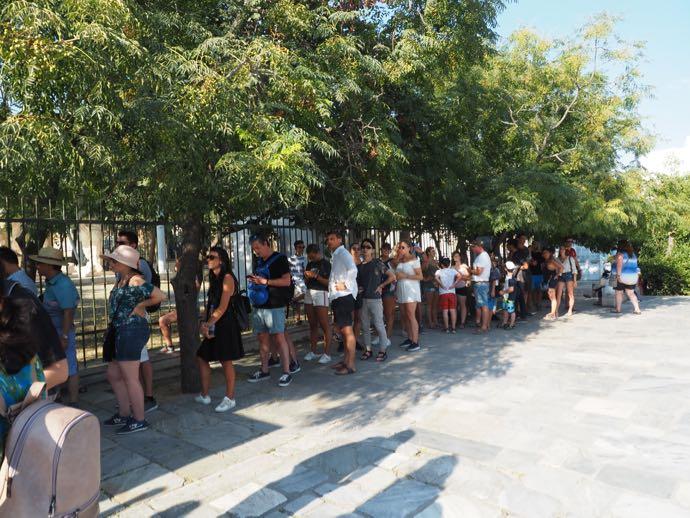 チケット売り場の長蛇の列