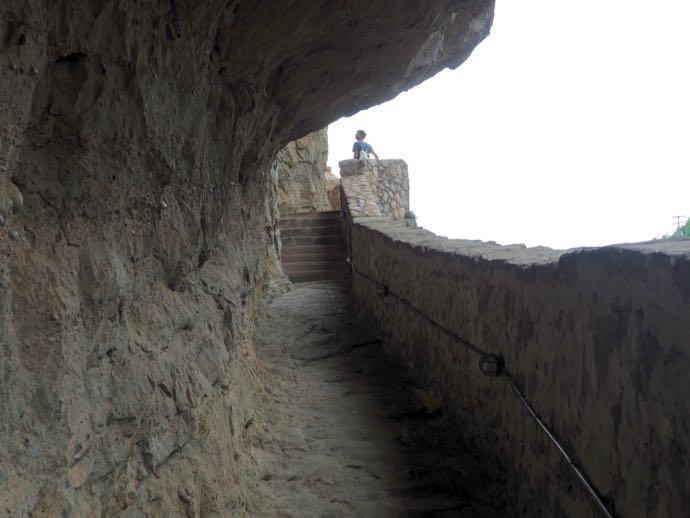 アギア・トリアダ修道院に続く階段