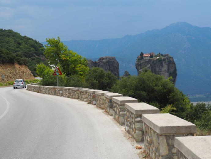 アギア・トリアダ修道院へ向かう車道