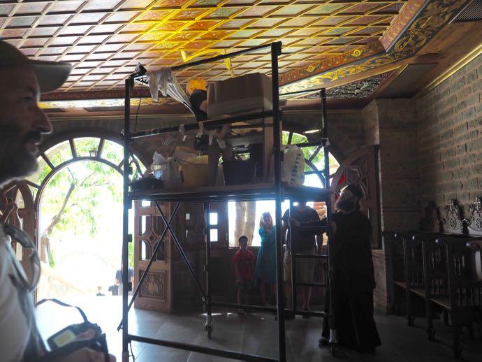 天井画の修復作業中