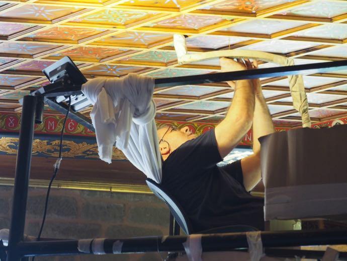 フレスコ画を修復する技術者