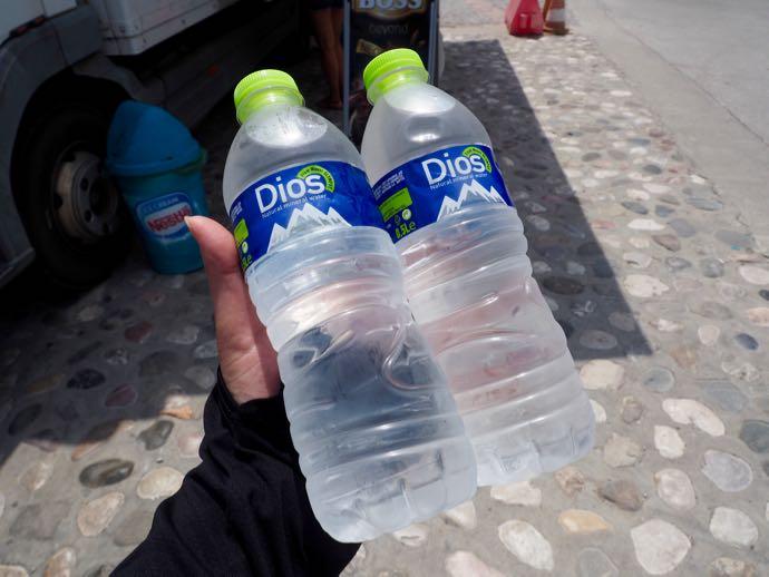 キンキンに冷えたペットボトルの水