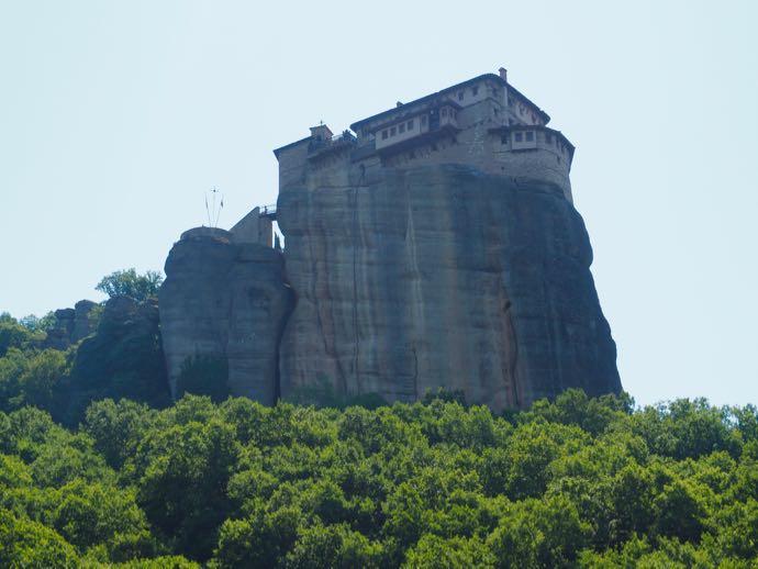 岩の上に建つルサヌー修道院