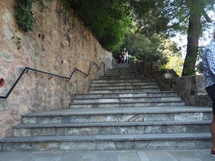 ルサヌー修道院への長い階段