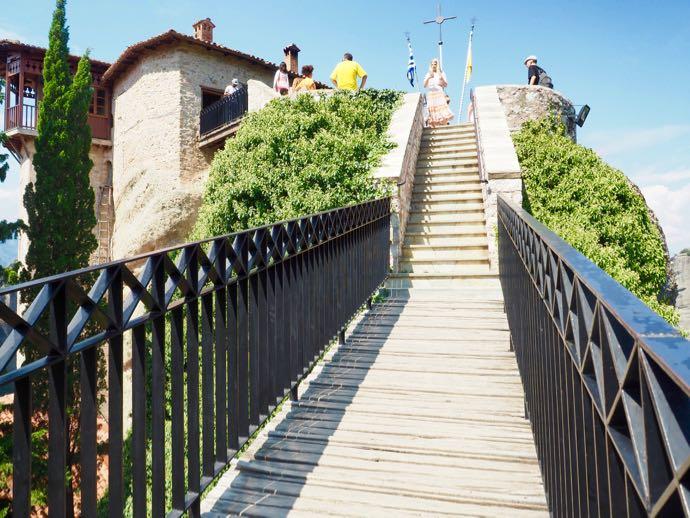 橋を渡って修道院へ