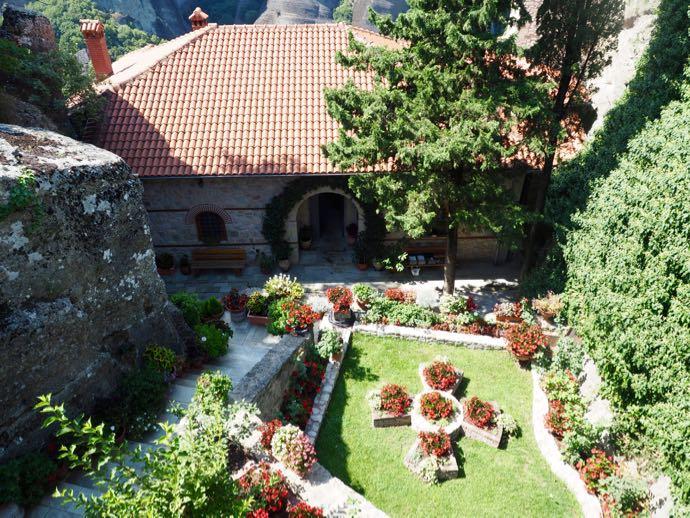 ルサヌー修道院の中庭