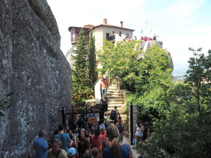大混雑のルサヌー修道院入り口