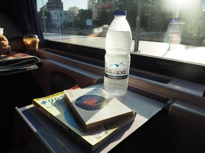 カランバカ駅 メテオラへ鉄道で行く アテネ中央駅 ミニテーブルで読書