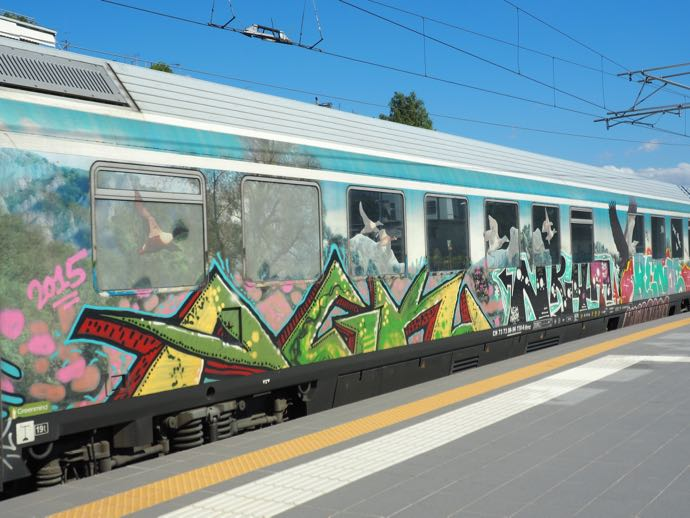 落書きされたギリシャ鉄道の車両