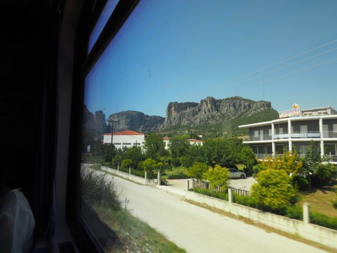 カランバカ駅 メテオラへ鉄道で行く アテネ中央駅 奇岩が見えてきた