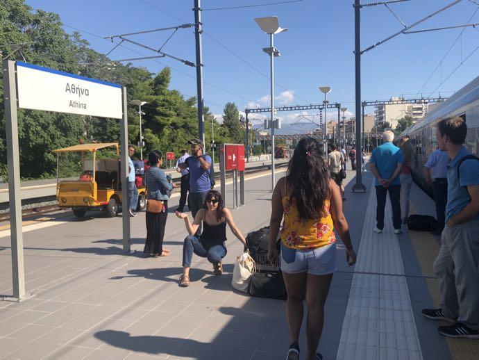 カランバカ駅 メテオラへ鉄道で行く アテネ中央駅 エンジン交換中、待たされる