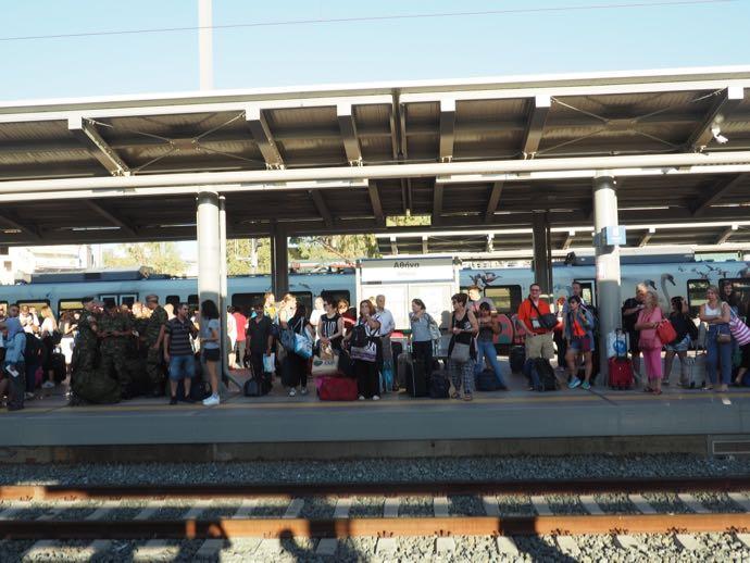 カランバカ駅 メテオラへ鉄道で行く アテネ中央駅のホーム混雑