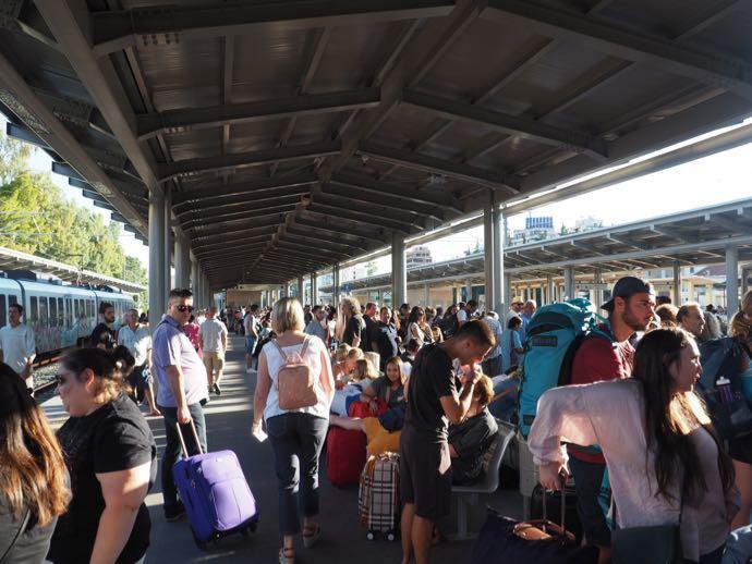 カランバカ駅 メテオラへ鉄道で行く アテネ中央駅のホームは人があふれる