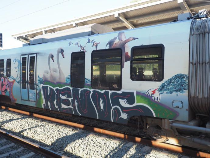 カランバカ駅 メテオラへ鉄道で行く アテネ中央駅 車両の落書き