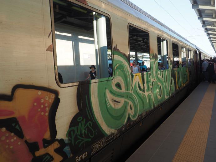 カランバカ駅 メテオラへ鉄道で行く アテネ中央駅 車両は落書きだらけ