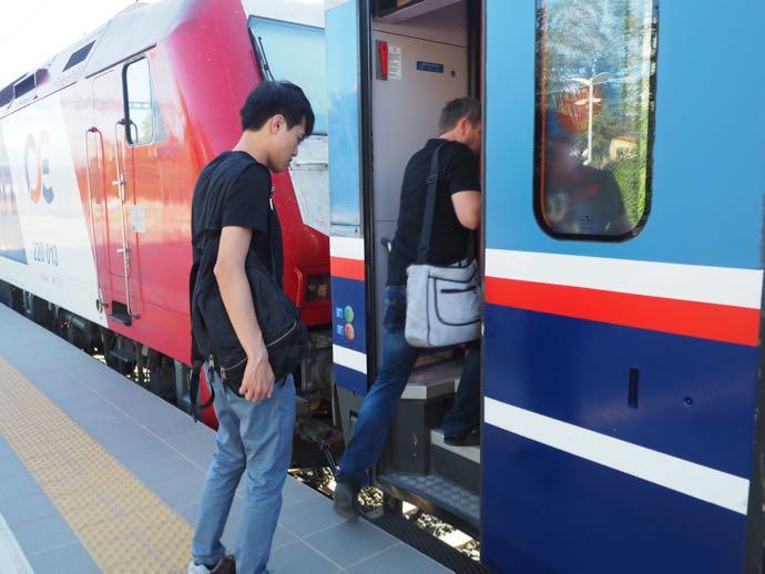 カランバカ駅 メテオラへ鉄道で行く アテネ中央駅 ふたたび車両へ