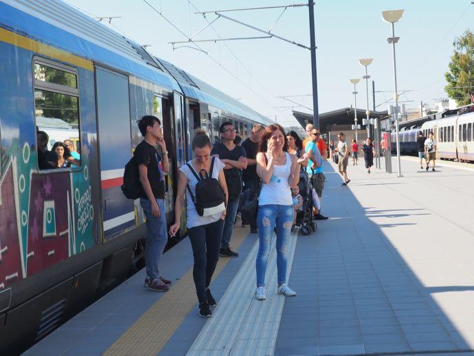 カランバカ駅 メテオラへ鉄道で行く アテネ中央駅 みんな下される