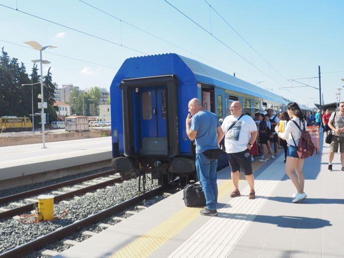 カランバカ駅 メテオラへ鉄道で行く アテネ中央駅 残された車両