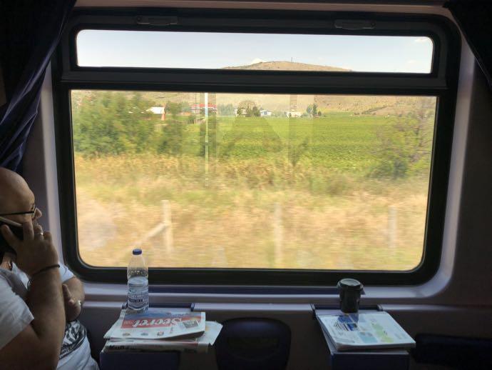 カランバカ駅 メテオラへ鉄道で行く アテネ中央駅 車窓を眺めるのも楽しい