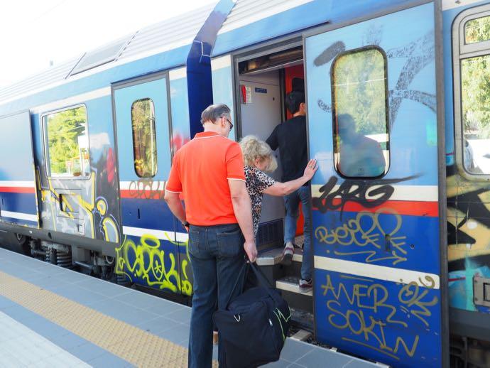 カランバカ駅 メテオラへ鉄道で行く アテネ中央駅 車両に乗り込む