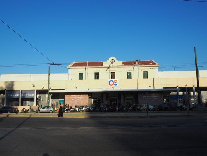 アテネ中央駅 カランバカ駅 メテオラへ鉄道で行く アテネ中央駅の前
