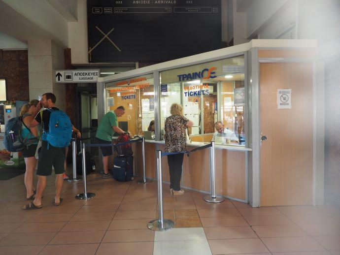 アテネ中央駅 カランバカ駅 メテオラへ鉄道で行く チケット売り場