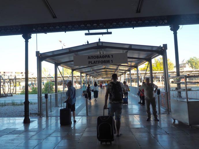 カランバカ駅 メテオラへ鉄道で行く アテネ中央駅のプラットフォーム