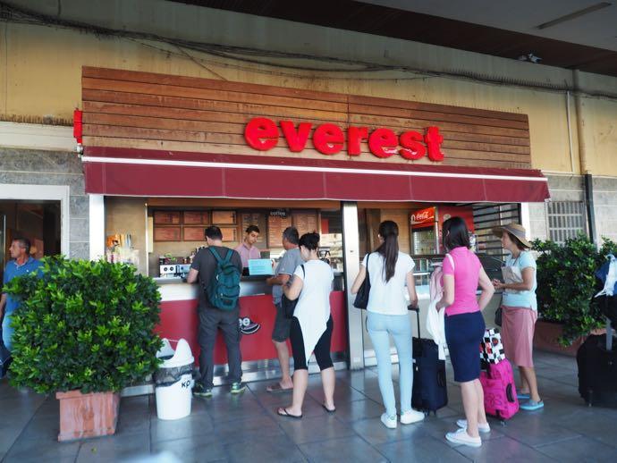 カランバカ駅 メテオラへ鉄道で行く アテネ中央駅には売店がある