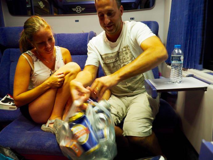 車両のメンバーでビールを飲む