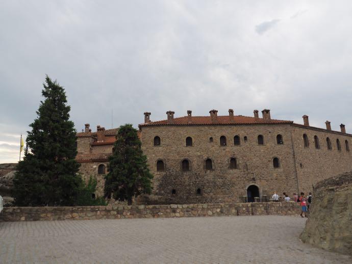 シンプルな外観のアギオス・ステファノス修道院