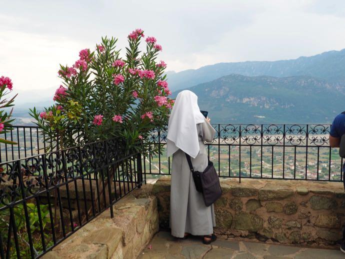 観光中の修道女