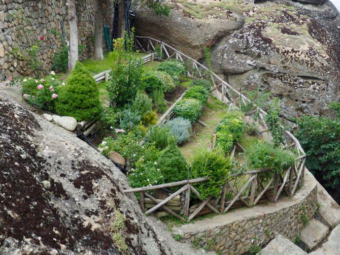 メテオラ アギオス・ステファノス修道院の危険な庭