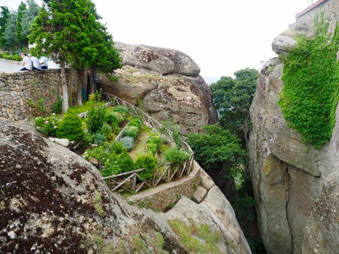 メテオラ アギオス・ステファノス修道院の庭園、怖い