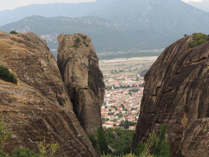 岩のあいだから見えるカランバカ市街