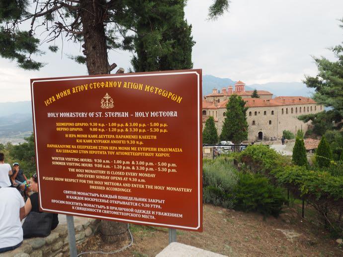 メテオラ アギオス・ステファノス修道院の看板