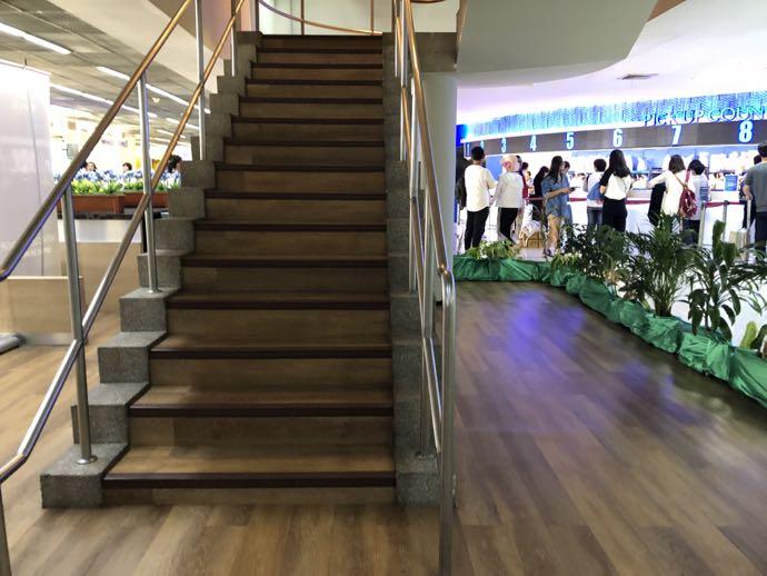 バンコク・ドンムアン国際空港 Miracle Lounge2への専用階段