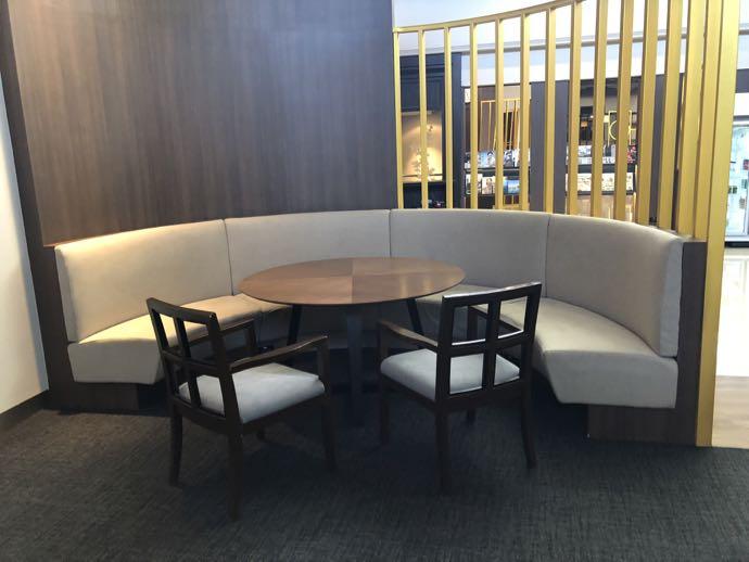 バンコク・ドンムアン国際空港 Miracle Lounge2の大人数向けシート