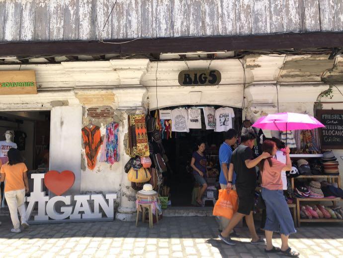 コリソロゴ通りの土産物店