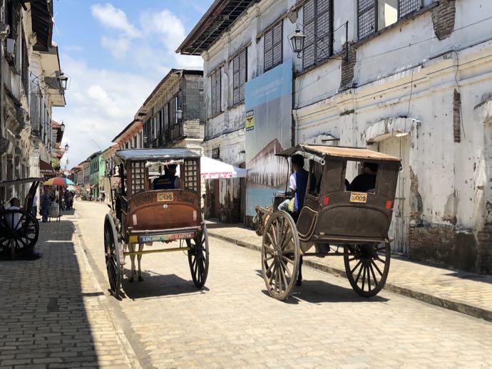 クリソロゴ通りを走る馬車