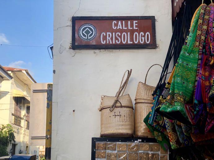 クリソロゴ通りの看板がついている柱