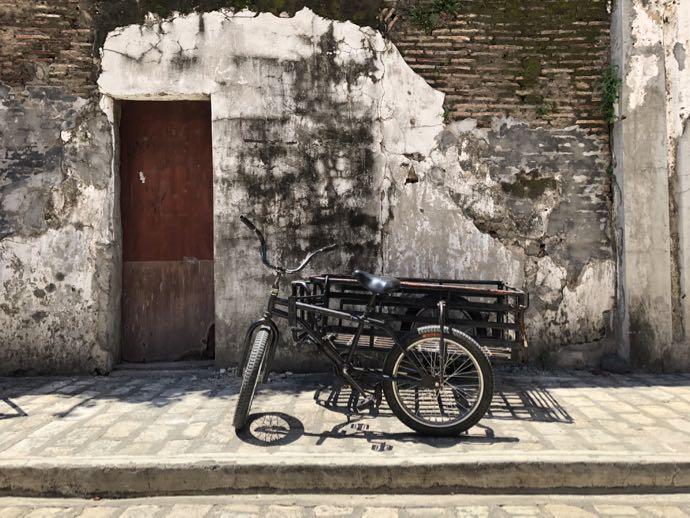 クリソロゴ通りの崩壊しそうな壁と自転車