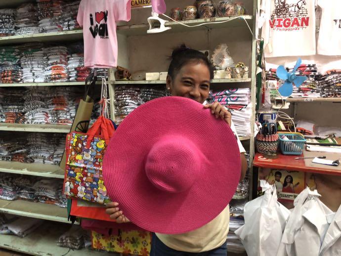 ショッキングピンクの麦わら帽子