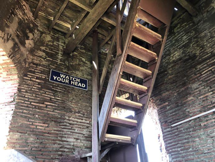 ベルタワー内部の階段は急