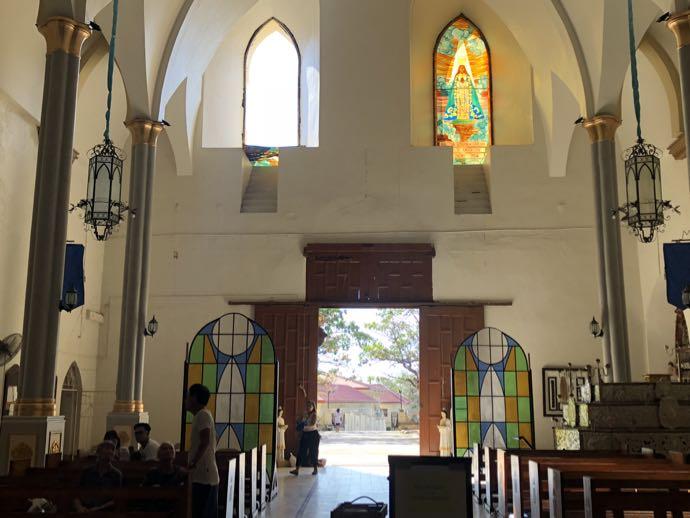 バンタイ教会の剥落したステンドグラス