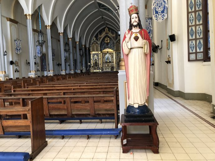 バンタイ教会内部のキリスト像