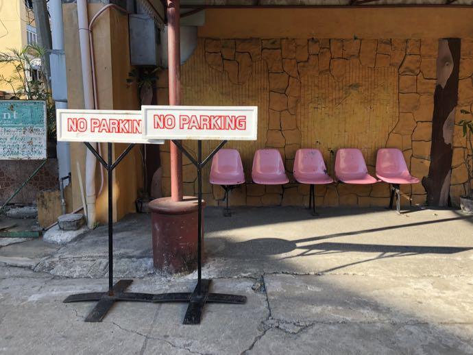 ピンクの椅子