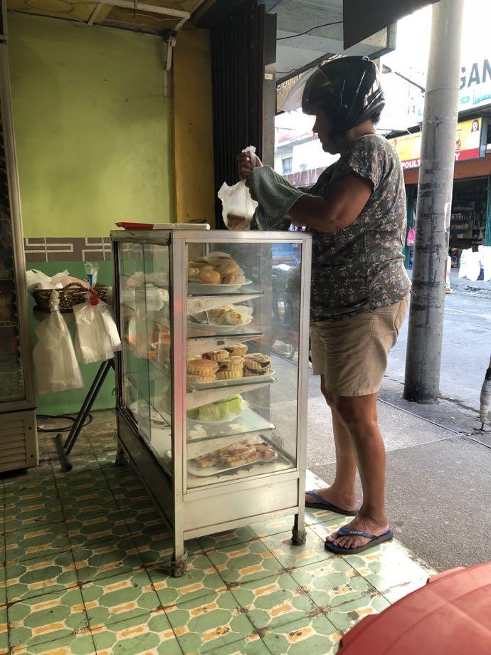 菓子パン店でテイクアウトする男性