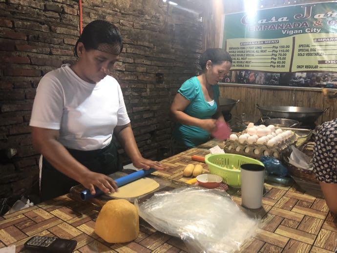 イロコス地方名物・エンパナーダを作る女性二人