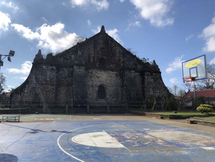 サン・オウガスチン教会(パオアイ教会)の裏にジプニー到着
