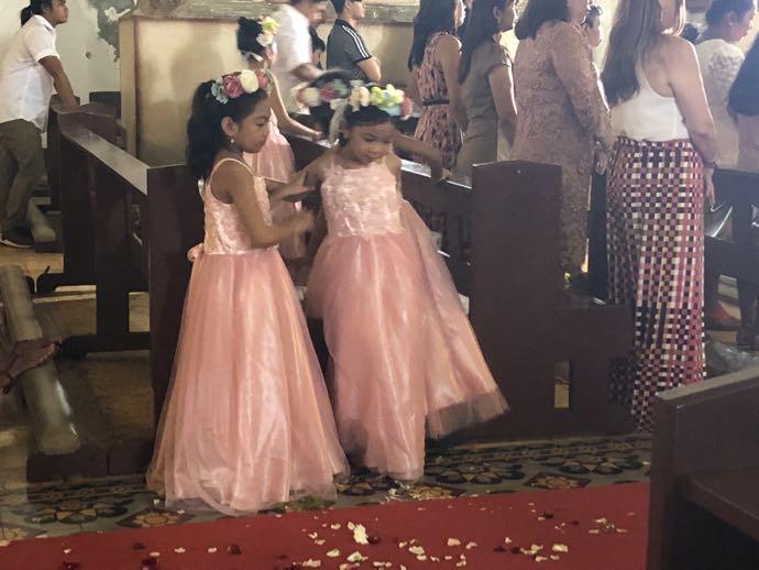 結婚式に参列する少女